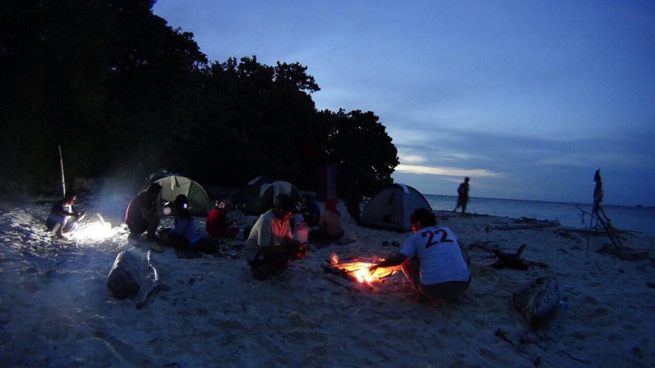 Berkemah di pinggir pantai jadi alternatif para wisatawan pulau tidung