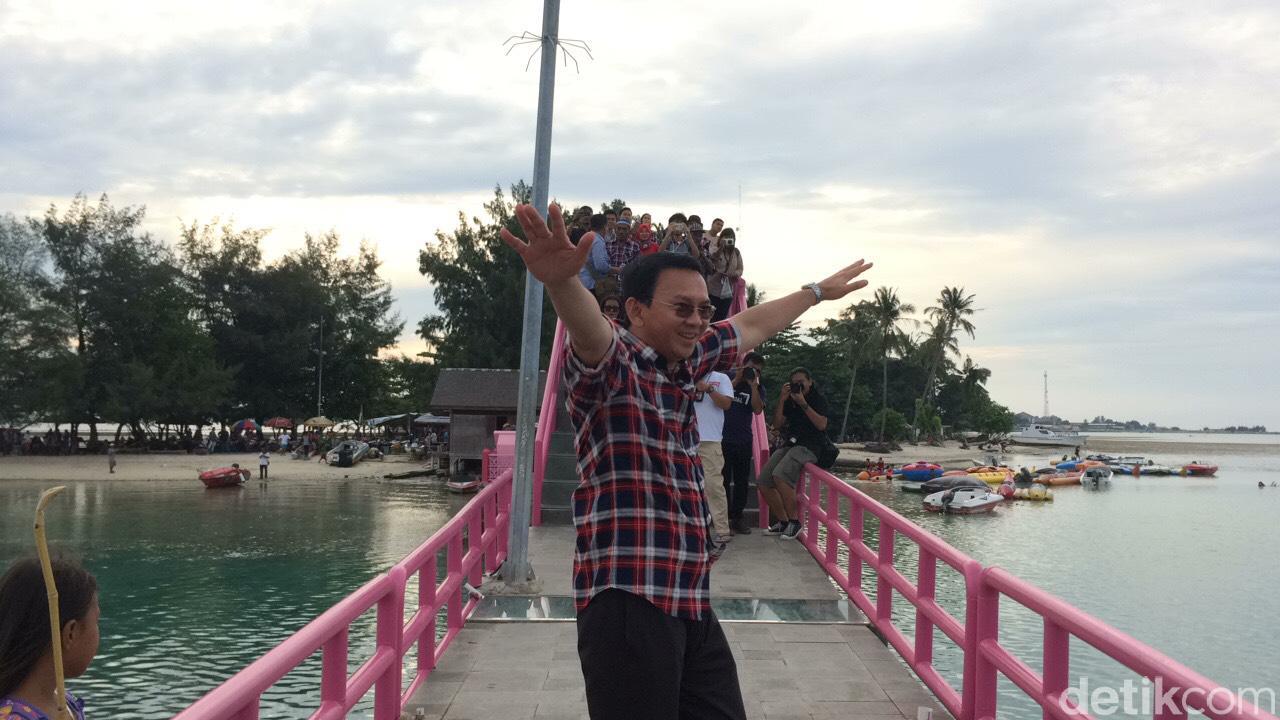 Gubernur Basuki Tjahaya Purnama (Ahok) menikmati suasana di Jembatan Cinta