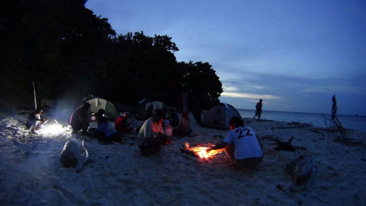 Bermalam dengan cara berkemah di pinggir pantai di Pulau Tidung